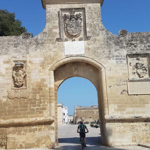 La porta di ingresso ad Acaya