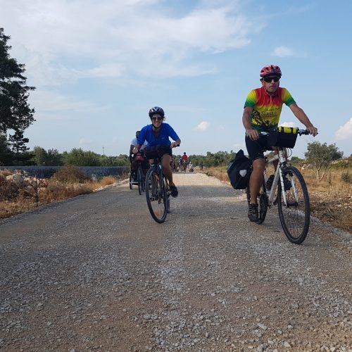 In bici sulla pista di servizio