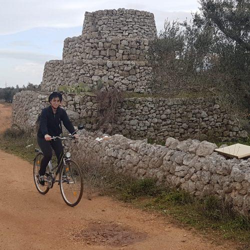 In bici davanti a una pajara