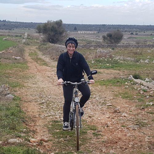 In bici su uno sterrato nella campagna di Specchia