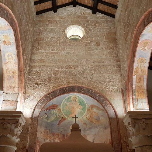 L'interno della chiesa di Cerrate
