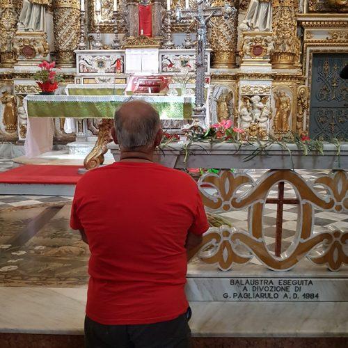 Un devoto nel Santuario del Crocifisso
